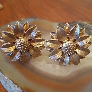 Vintage Sarah Coventry flower clip on earrings